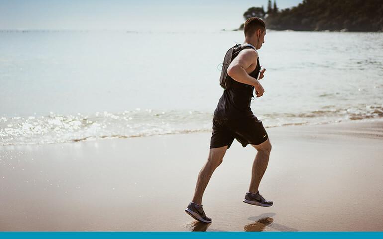 Homem correndo na praia Osterkamp homens e mulheres de Kalenjin