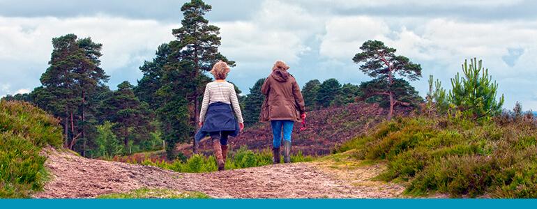 osterkamp-fisioterapia-pilates-ciencia-amigas-caminhando-na-rua-exercicio-saude-movimento